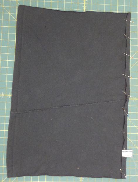 Дважды подогните края обеих сторон по 60,8 (или 66) см и подшейте их на машинке, чтобы ткань не расползлась со временем