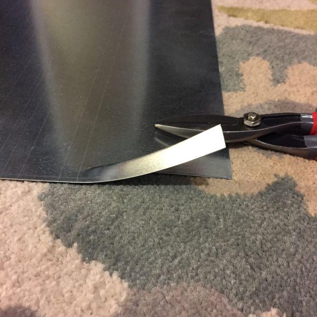 вырезаем из листа металла несколько пластин