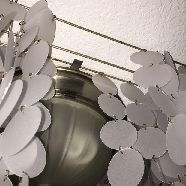 Готовую люстру легче всего крепить уже на существующую основу люстры старой металлическими пластинами