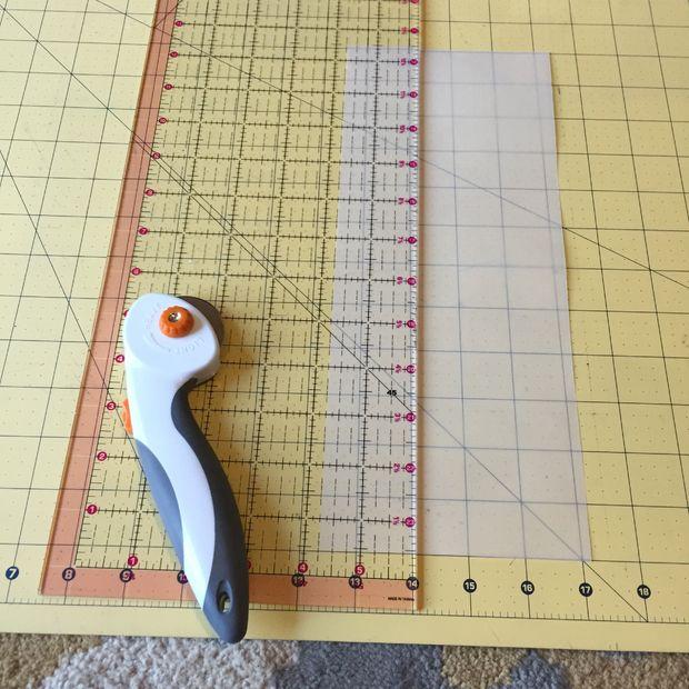 Порежьте выбранный вами материал для кружков на полоски шириной 4,5 см
