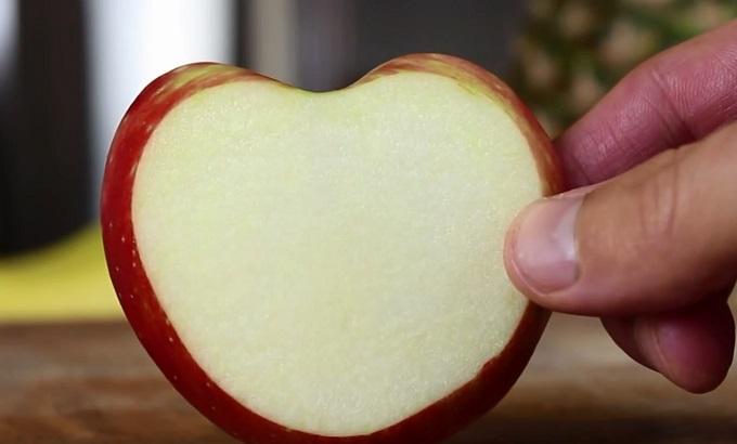 Среди отрезанных долек яблока ищите ту, у которой в форме сердца сверху между вершинами немного плосковатая перемычка