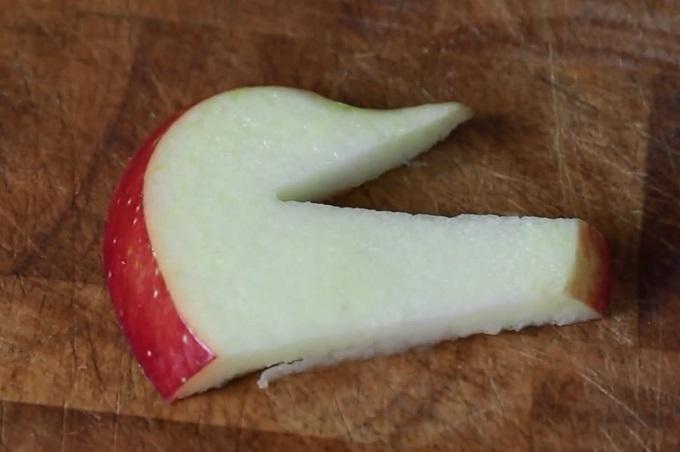 Уберите лишние куски, и вот, что у вас получится: голова лебедя из яблока, карвинг
