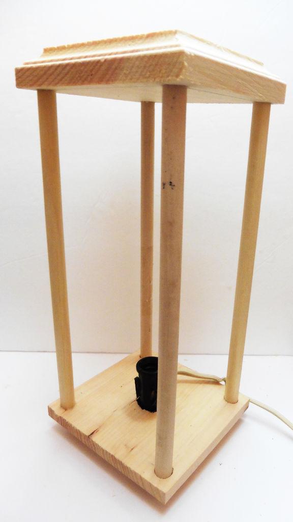 склеенный деревянный каркас лампы из резинок