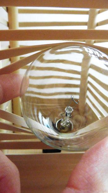 Чтобы вставить или поменять лампочку, просто растаскивайте резинки с одного бока лампы, а потом возвращайте их на место