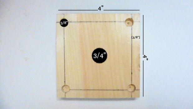 Возьмите карандаш и на расстоянии в 1 см от каждого края проведите 4 прямых линии на каждой квадратной деревянной дощечке с тыльной стороны