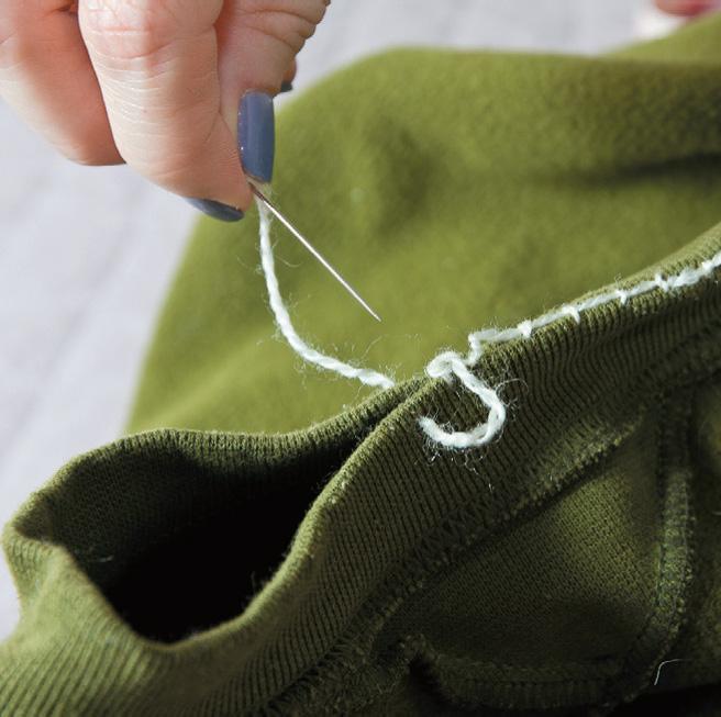 Сожмите ворот свитера и сшейте его крепкой нитью