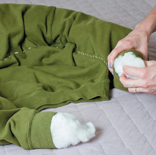 Набейте полукруг, созданный швами (рукава и верхняя часть свитера)