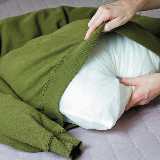 Вложите в нижнюю часть свитера подушку
