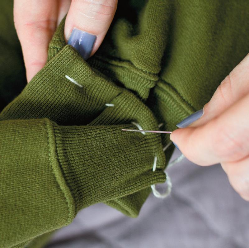 Сшейте вместе рукава свитера