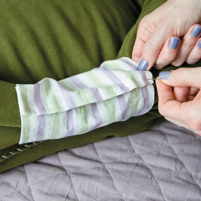 Пришейте ткань по ее краям к рукавам