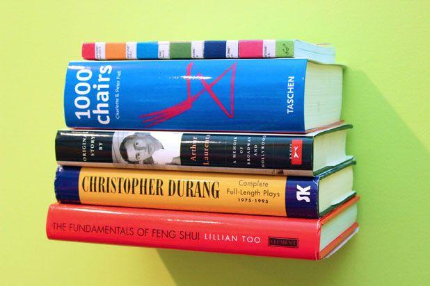 Будет казаться, будто книги летают рядом со стеной - невидимая парящая книжная полка