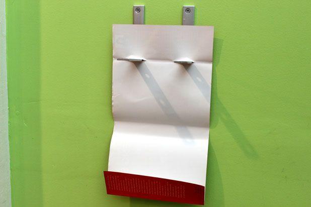 наденьте мягкую обложку (пока без книги) на закрепленные на стене скобы