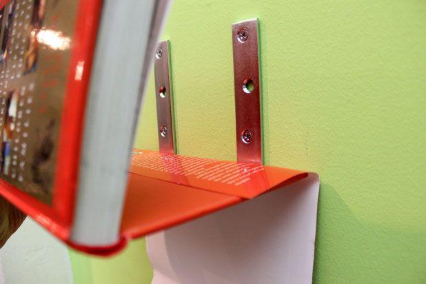 вложите в обложку книгу таким образом, чтобы последняя опиралась на скобы