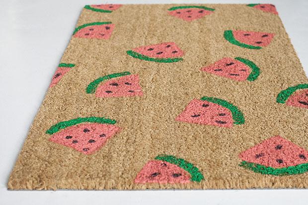 Как сделать летний придверный коврик с рисунком в виде арбузных долек