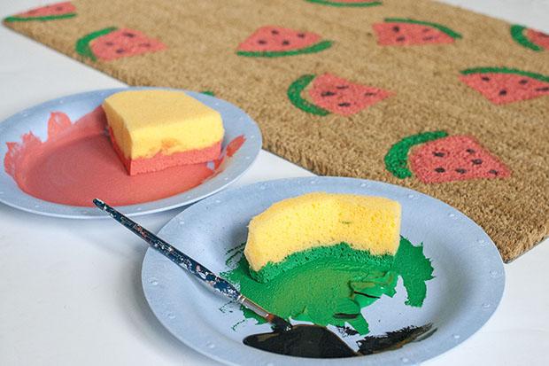 формы из поролона в тарелках с краской