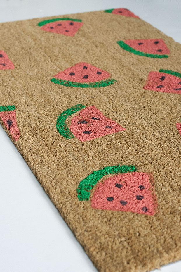 Как сделать летний придверный коврик с рисунком в виде арбузных долек - готовый половичок