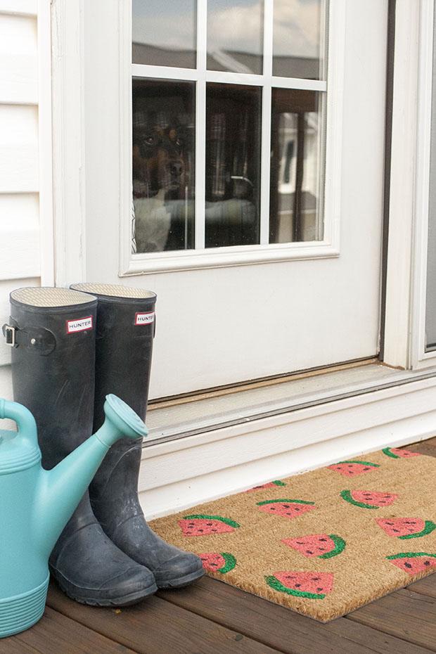 раскрашенный вручную соломенный коврик у входной двери