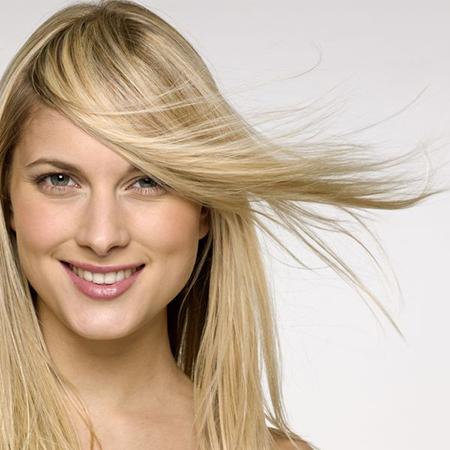 Используйте органические сыворотки для волос на основе воды, чтобы обеспечить форму и красивый полет прядей