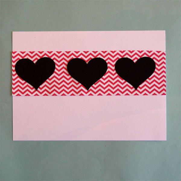 наклеиваем цветную полоску на карточку, наклеиваем сердца