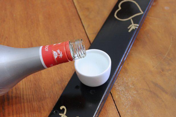 Алкогольные шоты на лыже, игра: разливаем водку по стопкам