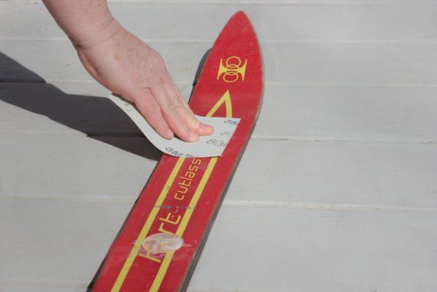 Ошкуриваем всю поверхность лыжи сверху до тех пор, пока она не потеряет блеск от покрытия-полировки