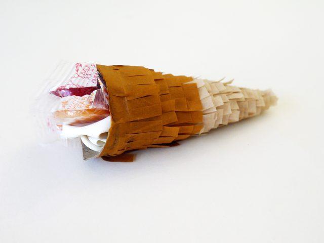 Заполните рожок сладостями в индивидуальных упаковках и всем, что еще захочется и подойдет по размеру рожку, а детям – по возрасту