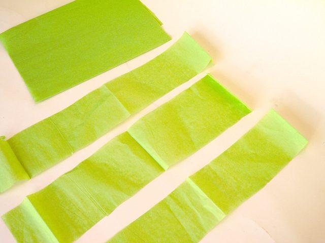 Нарезаем полосок 7,6х50 см из цветной бумаги