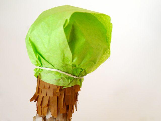 Свободно оборачиваем полосками верхушку мороженого в рожке, сглаживая прежнюю неидеальную форму, края фиксируем резинкой