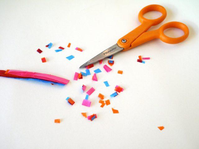 Мелкое цветное крошево для обсыпки мороженого – мелко нарезаем сложенные вместе тонкие полоски разной цветной бумаги
