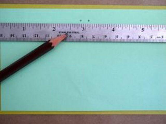 На лицевой стороне открытки сделайте по вертикали две ровные отметки карандашом с помощью линейки