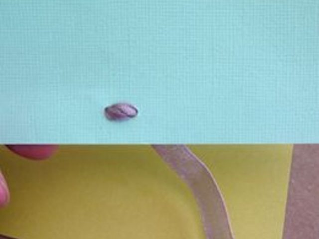 По необходимости покрутите кончики лент в отверстиях, чтобы с тыльной стороны открытки перекрещивающиеся ленты лежали как можно более плоско