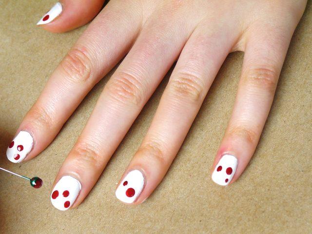 шариком на конце булавки ставим на каждый ноготь 2-3 капли разного размера поближе к кончикам ногтей, но на разных уровнях