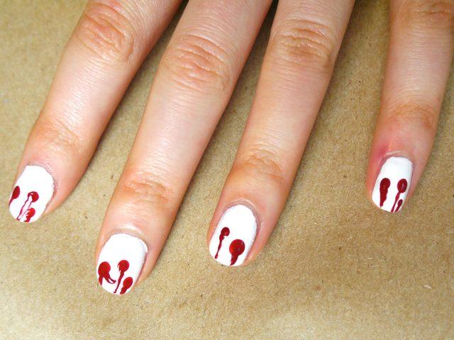 Окунаем острый кончик булавки в красный лак и ведем вертикальные линии !от кончика каждого ногтя к центру каждой капли!
