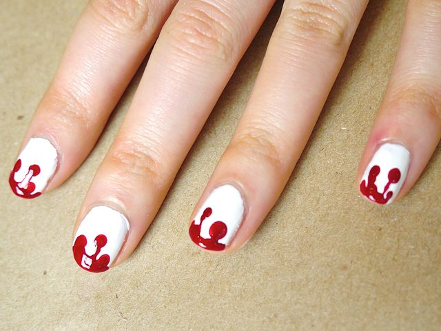 Завершаем дизайн, проводя ровную линию красного лака по всему периметру кончика каждого ногтя