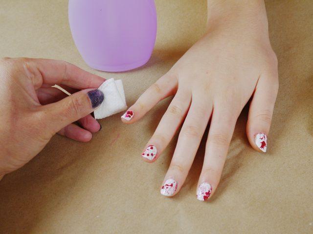 Когда ногти покрыты брызгами, снимите липкую ленту и уберите любые лишние брызги прикосновениями смоченных в смывке ватных палочек или ватных дисков