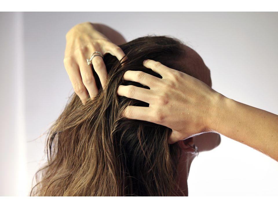 женщина девушка наносит гель на подсушенные полотенцем волосы пальцами