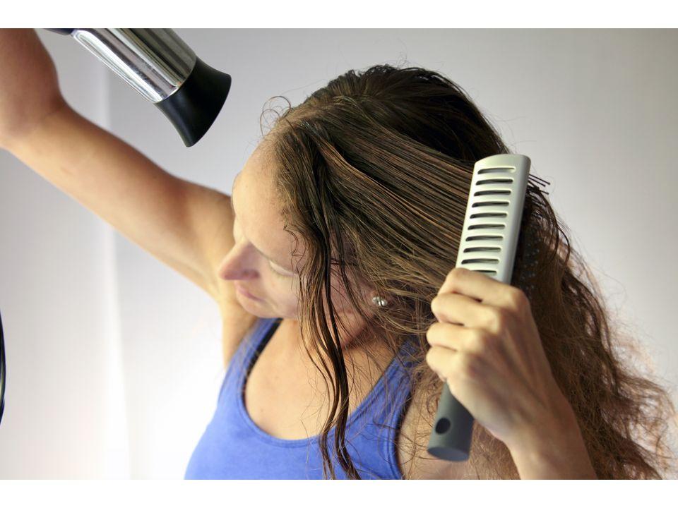 сушим волосы феном и расчесываем плоской расческой