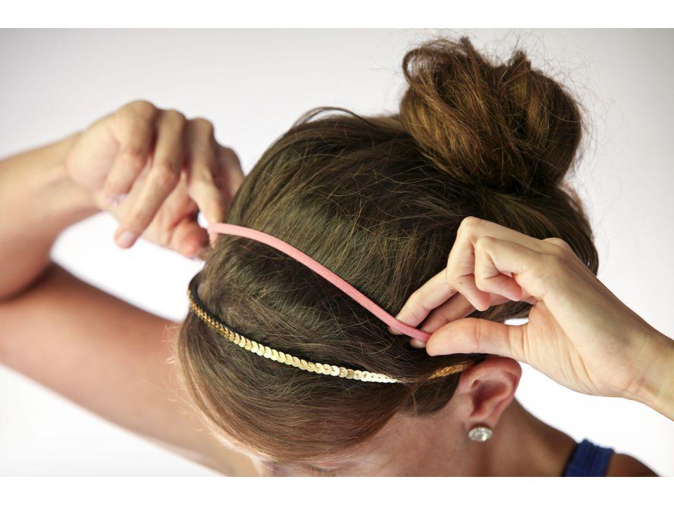 девушка женщина надвевает ободки эластичные ленты перед пучком