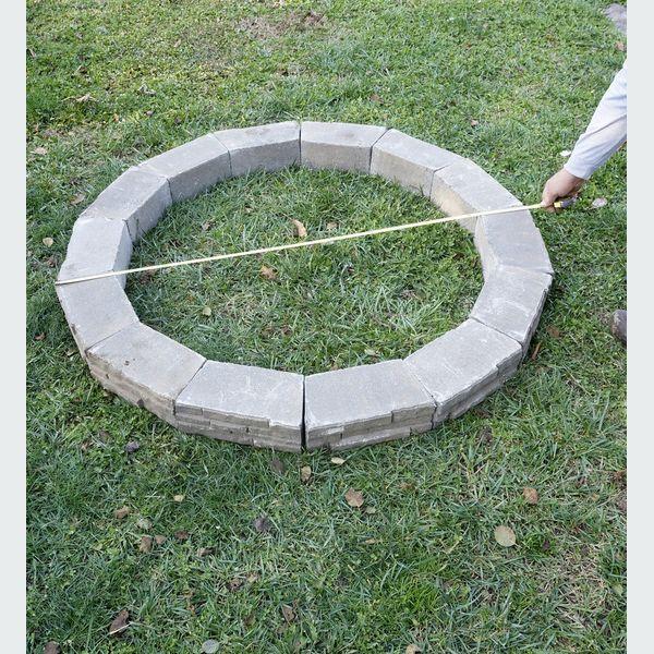 Выложите полный круг из своих блоков или кирпичей, измерьте его