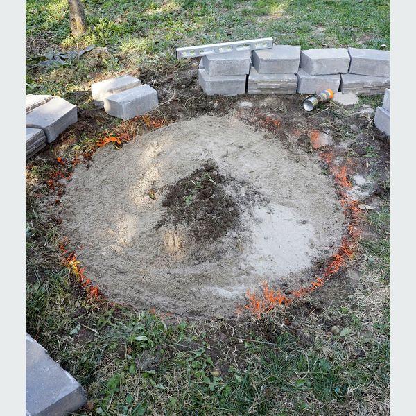 насыпьте тонкий и более-менее ровный слой песка