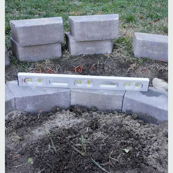 проверяя уровнем каждый отдельный блок и потом в ряд смежные с ним блоки (т.е. каждые 3 штуки через 1 кирпич/блок)