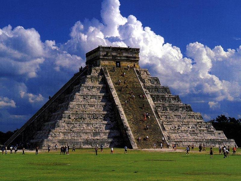 пирамида майя Эль-Кастильо Чичен-Ицы в Мексике