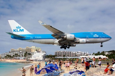 самолет очень низко над пляжем Махо (Карибы)