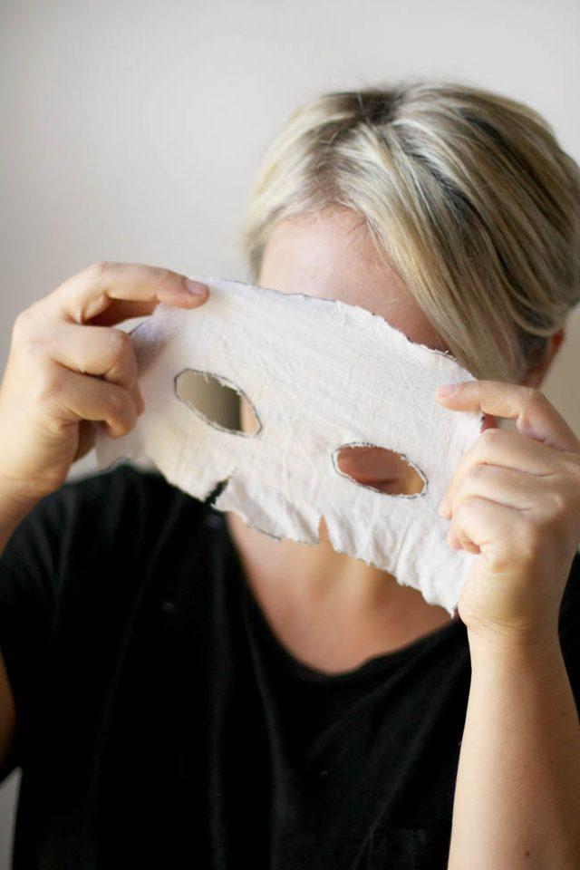 Накладываем маску на лицо, пальцами легонько прижимая ткань к коже во всех местах с изгибами, чтобы материал прилип