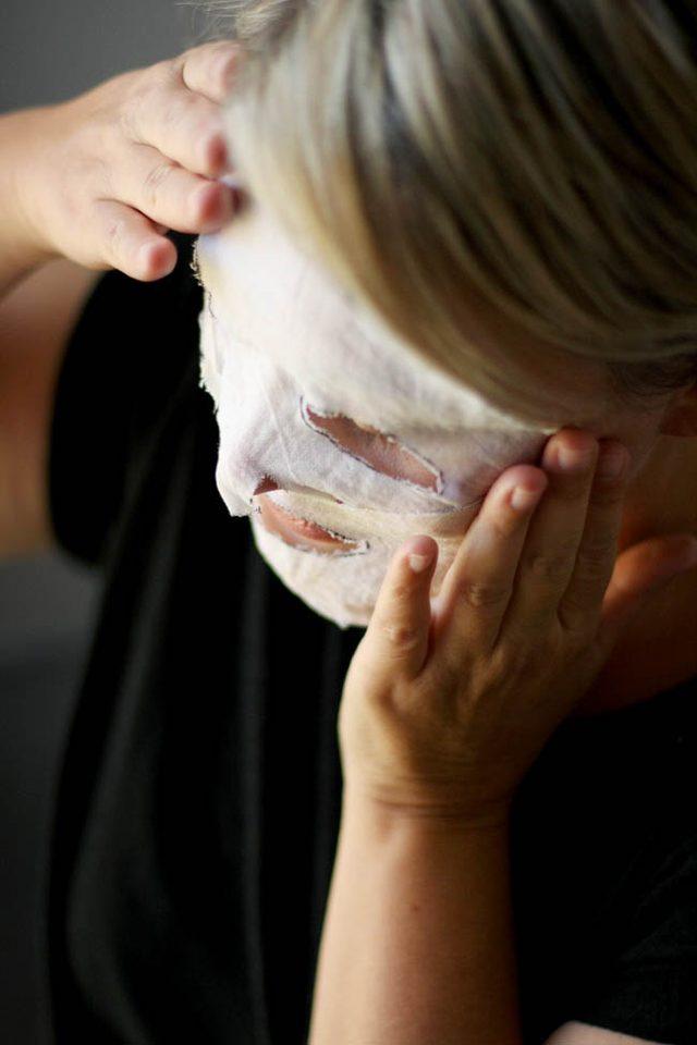 Добро пожаловать в мир тканевых масок: последний тренд в области ухода за лицом, использующий тонкий, хорошо впитывающий материал