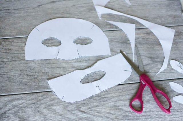 На обычной бумаге распечатываем из скачанного файла или рисуем от руки по аналогии две части шаблона для маски