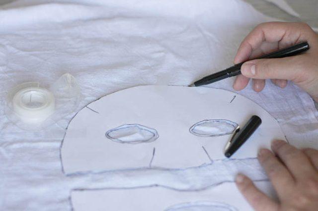 Карандашом (не надавливаем, оставляем еле заметные следы) или заостренным мылом переносим маску на сухую и отглаженную/гладкую ткань