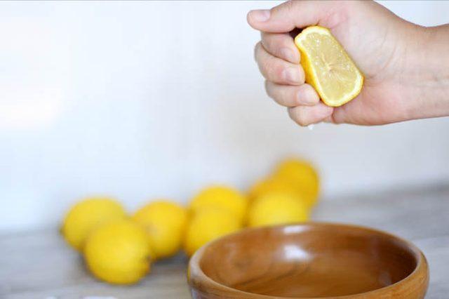 Выжимаем и вмешиваем сок целого лимона в маску