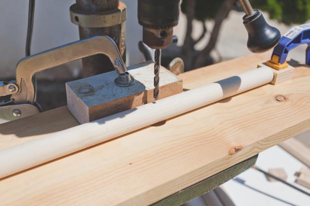 Высверлите по отверстию на расстоянии в 19,7 см от нижней части каждой ножки