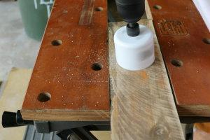 Используя насадку на дрель диаметра, равного диаметру вашего магнита, проделайте в доске углубление